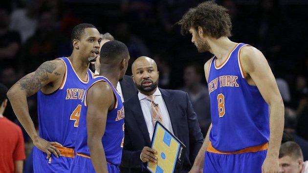 Trenér New Yorku Knicks Derek Fisher udílí pokyny hráčům v zápase s Detroitem.