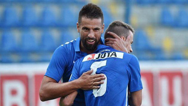 Jan Sýkora (zády) a Milan Baroš z Liberce se radují z gólu v odvetě proti Larnace.