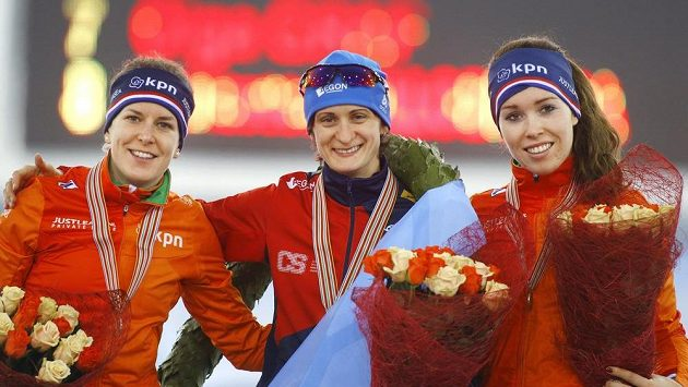Medailistky z mistrovství Evropy ve víceboji. Uprostřed Martina Sáblíková, vlevo stříbrná Nizozemka Ireen Wüstová a vpravo její krajanka Antoinette de Jongová.