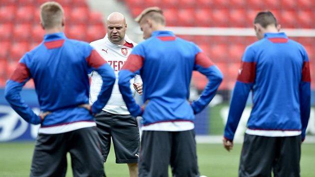 Trenér české jedenadvacítky Jakub Dovalil (vzadu) uděluje pokyny svým svěřencům během úterního tréninku.