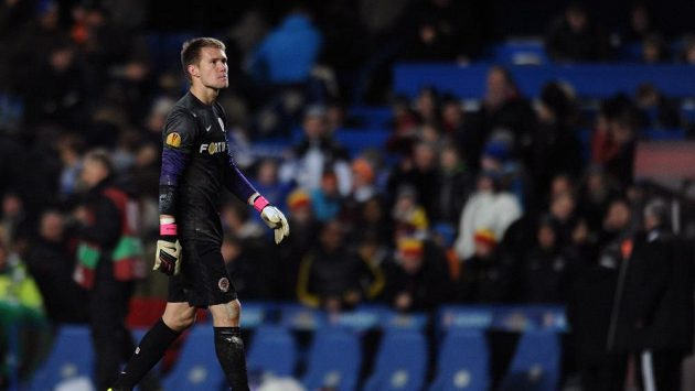 Zklamaný brankář Sparty Tomáš Vaclík po inkasovaném gólu od Edena Hazarda z Chelsea.