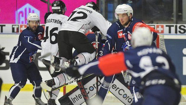 Závar před brankou Plzně v odvetě semifinále hokejové Ligy mistrů s Frölundou.