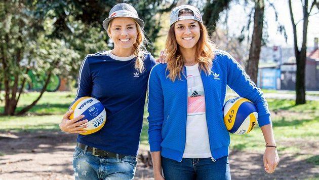 Beachvolejbalistky Markéta Nausch Sluková (vlevo) a Barbora Hermannová.
