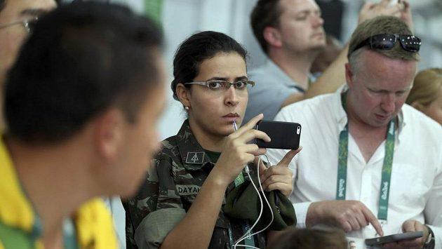 Zástupkyně brazilské armády natáčí tiskovou konferenci k incidentu v areálu jezdectví na OH v Riu.