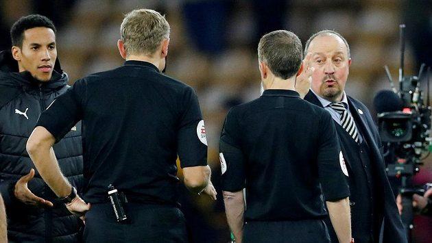 Španělský kouč Rafael Benítez diskutuje s rozhodčími po sporném momentu ze závěru utkání 26. kola anglické Premier League mezi týmy Wolverhampton Wanderers a Newcastle United FC