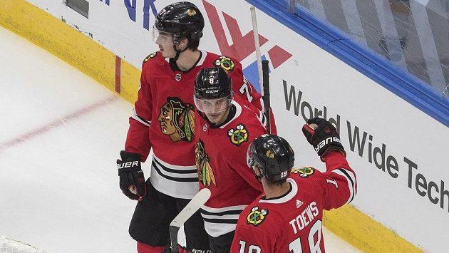 Hokejisté Chicaga Blackhawks Jonathan Toews (19), Dominik Kubalík (8) a Kirby Dach (77) oslavují gól v přípravném utkání proti St. Louis Blues.