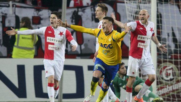 Útočník Teplic Roman Potočný se raduje z gólu, který vstřelil Slavii.