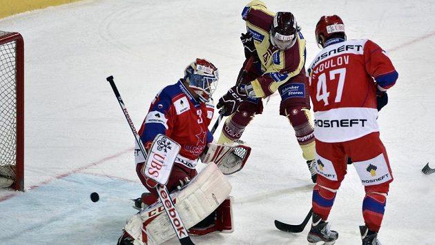 Rastislav Staňa (vlevo) v brance CSKA Moskva.