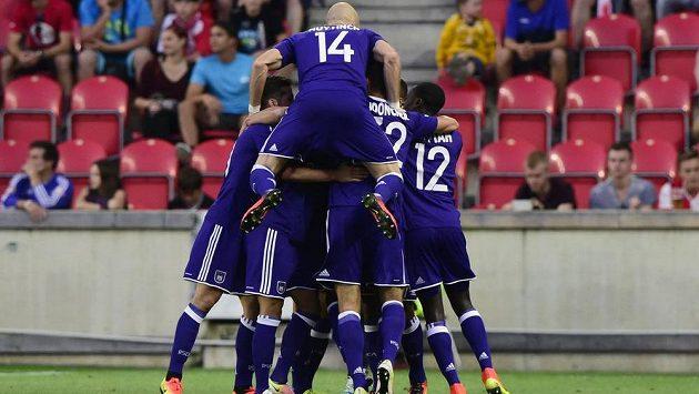 Fotbalisté Anderlechtu se radují z gólu na hřišti Slavie v úvodním duelu play off Evropské ligy.