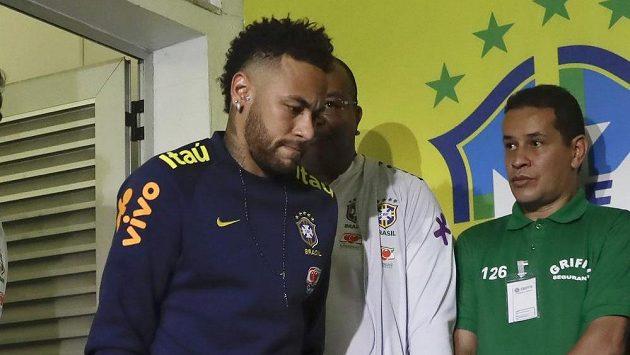 Zraněný Brazilec Neymar nemá v poslední době moc důvodů k radosti