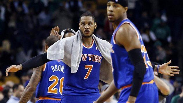 Carmelo Anthony (číslo 7) se raduje z vítězství Knicks.