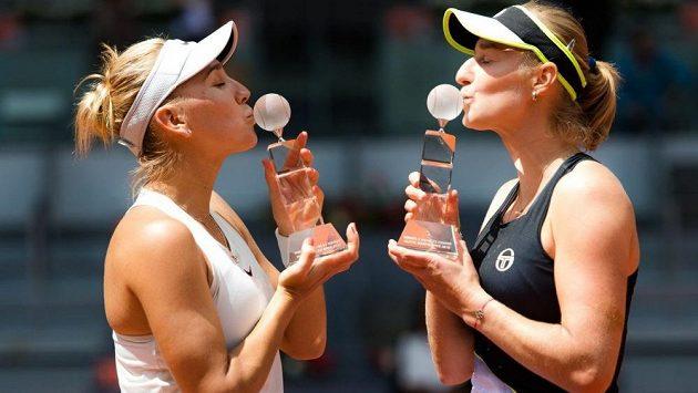 Jekatěrina Makarovová (vpravo) a Jelena Vesninová slaví triumf v deblu na turnaji v Madridu.