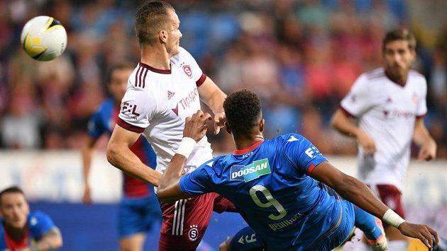 Plzeňský střelec Beauguel dává gól přes obránce Sparty Štetinu.
