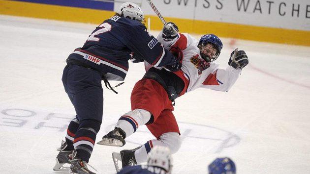 Američan Jared Fiegl v drsném souboji s českým mladíkem Davidem Kašem ve finále MS.