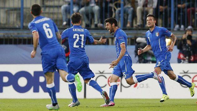 Marco Benassi (druhý zprava) jásá po druhém italském gólu proti Anglii.