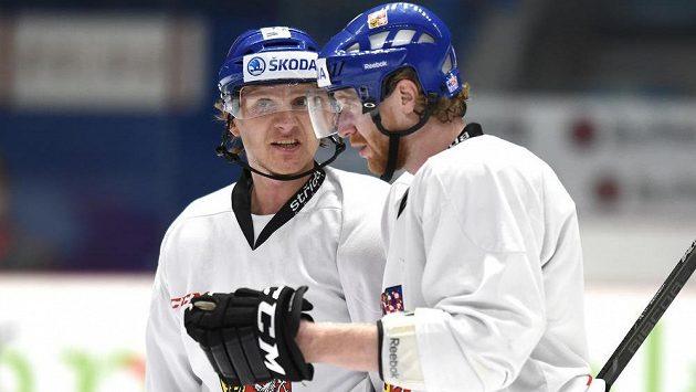 Martin Erat (vlevo) a Jakub Voráček během tréninku hokejové reprezentace před utkáním s Finskem.