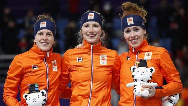 Nizozemská dominance v olympijském závodě rychlobruslařek na 3000 metrů. Na snímku stříbrná Ireen Wüstová, uprostřed Carlijn Achtereekteová a bronzová Antoinette de Jongová.