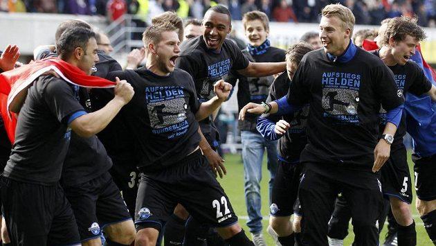 Fotbalisté Paderbornu slaví postup do bundesligy.