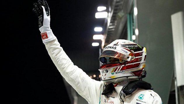 Lewis Hamilton se raduje z vítězství v kvalifikaci v Singapuru.