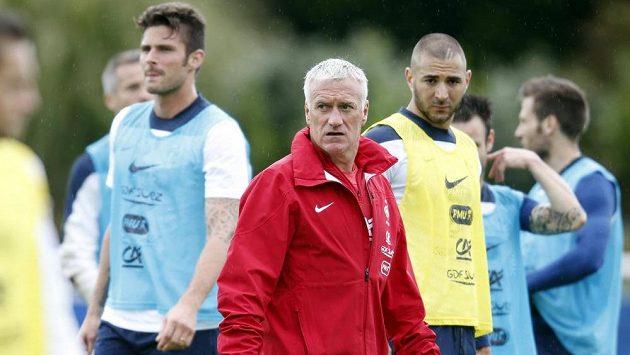 Trenér Francie Didier Deschamps (uprostřed) cna tréninku se svými svěřenci Olivierem Giroudem (vlevo) a Karimem Benzemou.