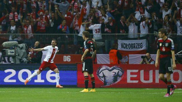 Arkadiusz Milik (vlevo) z Polska se raduje ze své branky proti Německu.