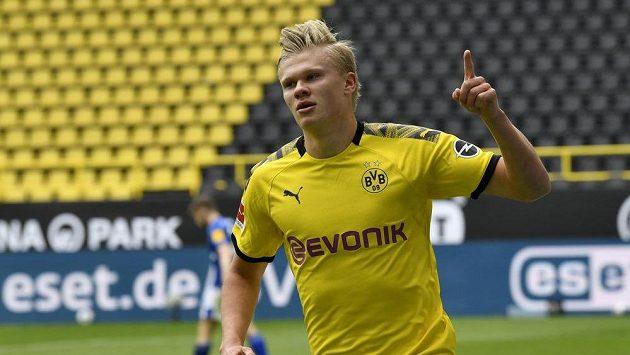 Dortmundský Erling Haaland se raduje po gólu proti Schalke.