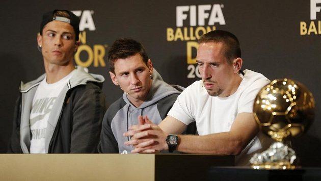Trojice nominovaných fotbalistů na Zlatý míč za rok 2013. Zleva vítěz Cristiano Ronaldo, Lionel Messi a zklamaný Franck Ribéry.