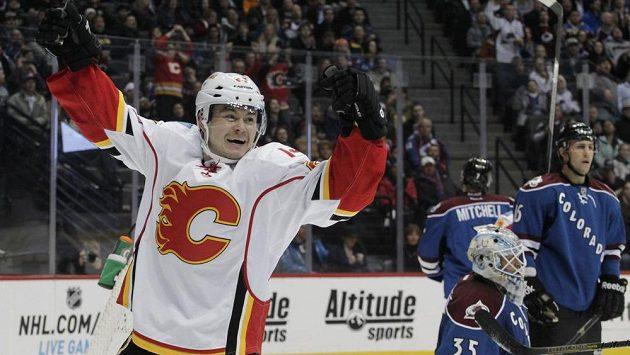 Útočník Calgary Flames Jiří Hudler (24) slaví svůj gól proti Coloradu.