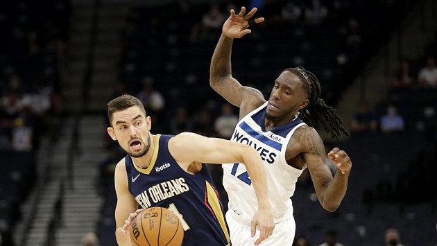Basketbalista New Orleans Pelicans Tomáš Satoranský (31) v souboji s hráčem Minnesoty Timberwolves Taureanem Princem (12).