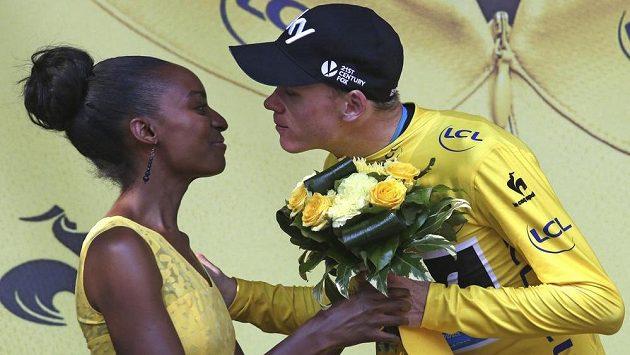 Lídr týmu Sky Chris Froome, který i po 18. etapě Tour udržel žlutý trikot, dává pusu jedné z francouzských hostesek.