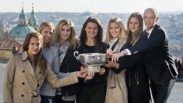 Tenistky (zleva) Barbora Strýcová, Lucie Hradecká, Denisa Allertová, Lucie Šafářová, Petra Kvitová a Karolína Plíšková spolu s kapitánem Petrem Pálou zapózovaly v Praze s pohárem pro vítězky Fed Cupu.