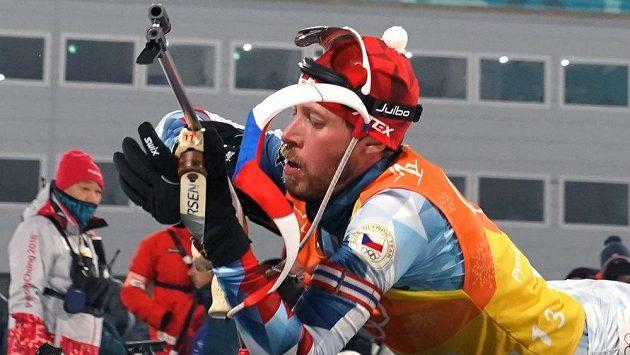 Jaroslav Soukup se chystá na střelbu vleže.