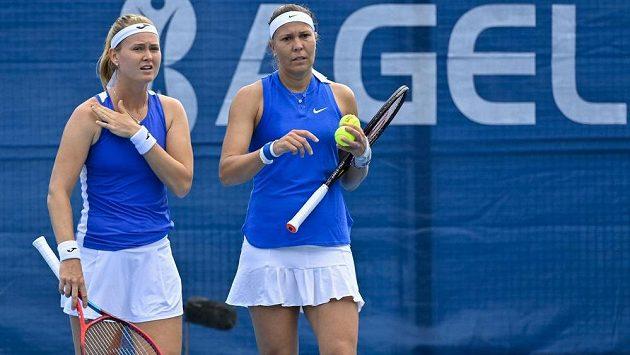České tenistky Lucie Hradecká (vpravo) a Marie Bouzková v utkání proti En-Šuo Liangové z Tchaj-wanu a Grace Minové z USA na turnaji v Praze.