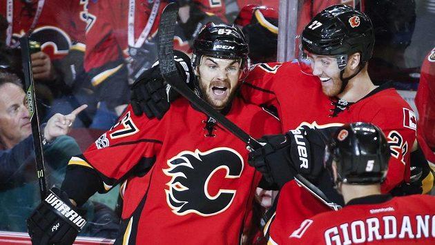 Český útočník Calgary Flames Michael Frolík (vlevo) slaví gól, který vstřelil do sítě New York Islanders v utkání NHL.