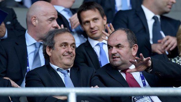 Michel Platini na archivním snímku sleduje v Edenu finále ME hráčů do 21 let, vpravo předseda FAČR Miroslav Pelta.