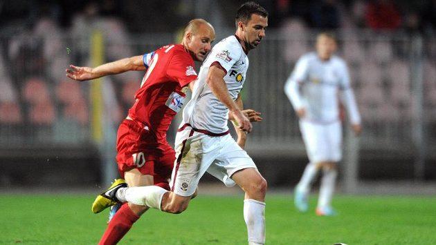 Záložník Sparty Praha Josef Hušbauer (vlevo) a brněnský záložník Pavel Mezlík během utkání Gambrinus ligy.