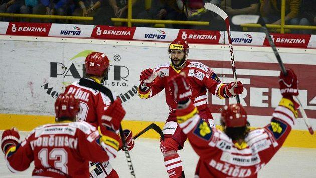Erik Hrňa (čelem) slaví vedoucí gól na litvínovském ledě.