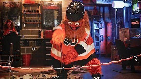 Frustrovaní fanoušci hokejistů Philadelphie Flyers mají nově na stadionu speciální prostor, kde si mohou vybít vztek. Maskot Gritty demonstroval