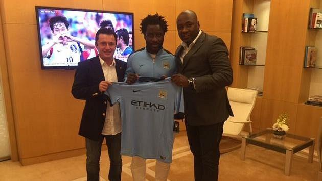 Bony Wilfried se svými manažery - vlevo Dalibor Lacina, vpravo Francis Kacou.