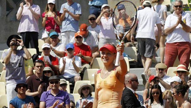 Lucie Šafářová se raduje z postupu do 2. kola Roland Garros.