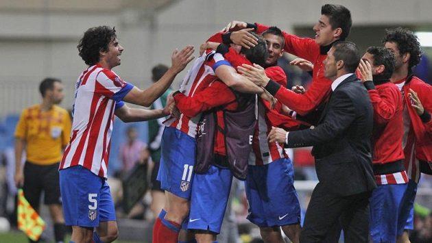 Cristian Rodriguez z Atlétika Madrid (s číslem 11) v objetí spoluhráčů poté, co vstřelil vítězný gól do sítě Plzně.