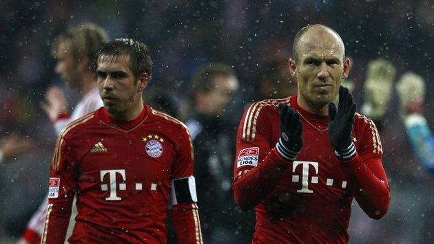 Rozladění hráči Bayernu Arjen Robben (vpravo) a Philipp Lahm po prohře s Leverkusenem