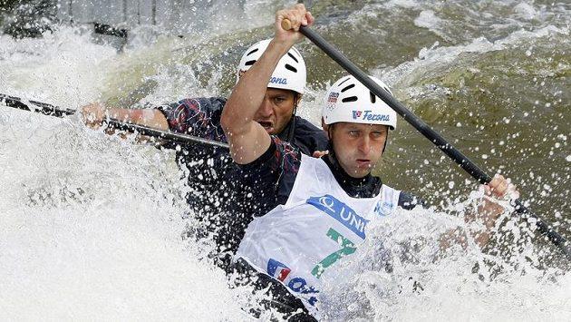 Deblkanoisté Jaroslav Volf (vpravo) a Ondřej Štěpánek na trati Světového poháru v pražské Troji