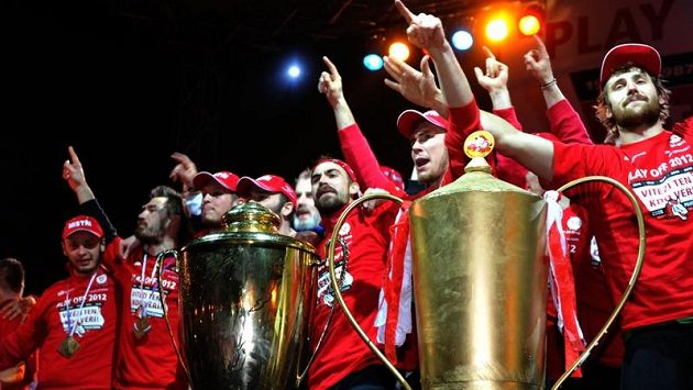 Pardubičtík hokejisté slavili s fanoušky na Perštýnském náměstí v noci po příjezdu z Brna výhru ve finále extraligy a titul mistra republiky