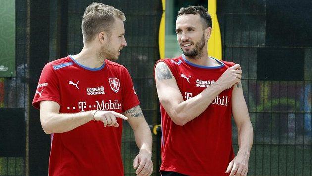Michal Kadlec a Tomáš Sivok odcházejí z tréninku týmu v polské Vratislavi