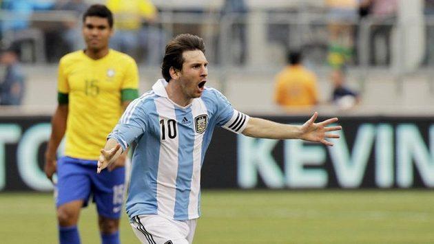 Argentinec Lionel Messi se raduje z gólu proti Brazílii