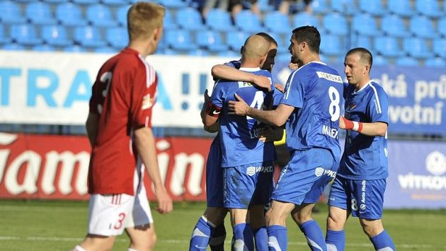 Fotbalisté Baníku se radují z gólu proti Žižkovu.