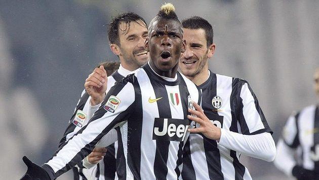 Paul Pogba (uprostřed) se stal hrdinou Juventusu, když dal dva góly do sítě Udine.