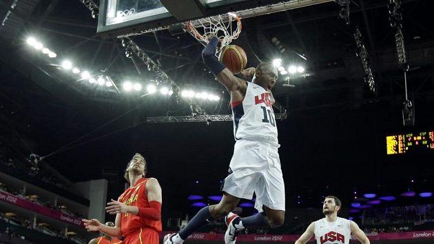 Kobe Bryant zavěšuje ve finálovém utkání olympijských her proti Španělsku.