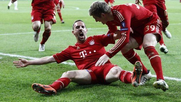 Franck Ribéry se raduje se spoluhráčem Kroosem z gólu proti Realu Madrid